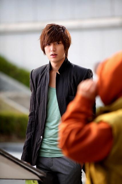 Lee Min Ho phong trần trong trang phục bụi bặm