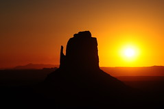 sunrise (underdog9) Tags: morning arizona usa sun yellow sunrise nikon butte roadtrip monumentvalley d300 silluotte