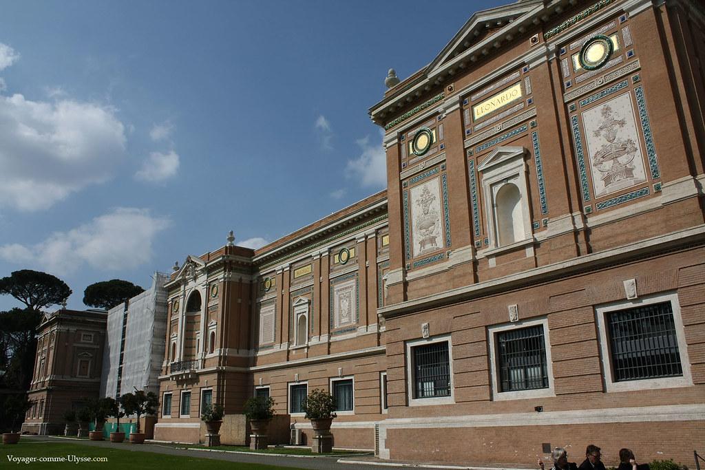 Sur la façade de la Pinacothèque, les noms des plus grands artistes italiens