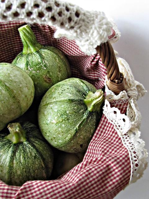 Zucchine Ripiene di Pesto di Pomodori Secchi e Finocchietto con Crumble di Ceci e Cuore Filante