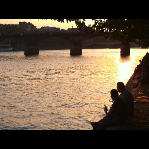 夕陽。ここでは川べりに等間隔に並ぶルールは無いようだ