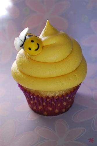 simple bee cupcake