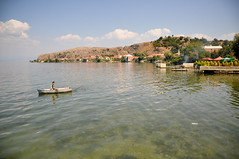 Barque sur lac de Lin (MatHelium) Tags: lac ohrid lin albania ezero albanie shqipria  liqeniiohrit  okhridsko