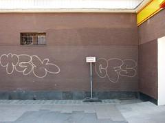 Gehwegschäden und Fensterschaden (bartholmy) Tags: brown berlin broken window sign graffiti bars traffic fenster tags supermarket grill schild braun mitte supermarkt gitter verkehrsschild kaputt gehwegschäden damagestosidewalk