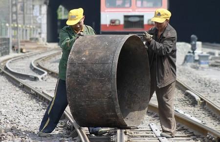 重达上百斤的铁桶需要两个人抬着才能弄走