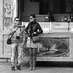POINTING... (Akbar Simonse) Tags: street camera boy people urban bw woman man holland netherlands girl monochrome couple boots zwartwit candid streetphotography mini denhaag skirt shades bags tas thehague streetshot straat stroopwafels zonnebril laarzen straatfotografie straatfoto straatfotograaf dedoka akbarsimonse