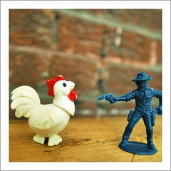 'Haut les mains Poule Cassidy !' (Miss Chlalom) Tags: canada chicken america soldier toys gun quebec montreal north poule miss soldat nickon holdup jouets fusil d90 chlalom