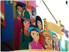 ดูพาเหรดเสร็จก็เข้าไปล่องเรือใน It's a Small World กัน แสนภูมิใจชฎาไทยบังหน้าหมวยจีนไปเลย