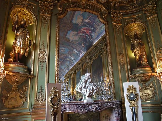 Le grand miroir de la Galerie Dorée, avec le buste de l'ancien propriétaire des lieux