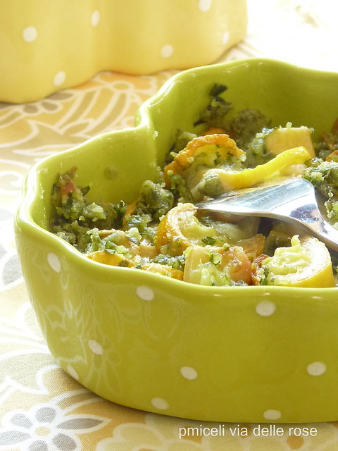 Crumble alle erbe aromatiche su zucchine gialle