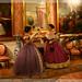 Doña María y Lady Brandon hablando en el salón de baile.