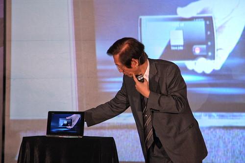 華碩董事長施崇棠由Pad中取出Phone,親自揭示劃時代Padfone