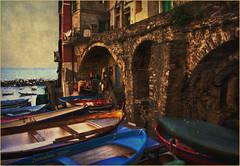 5 Terre Riomaggiore... (leon.calmo) Tags: marina canon mare liguria barche riomaggiore scorcio scogli laspezia fiatlux 5terre eos50d estremità leoncalmo