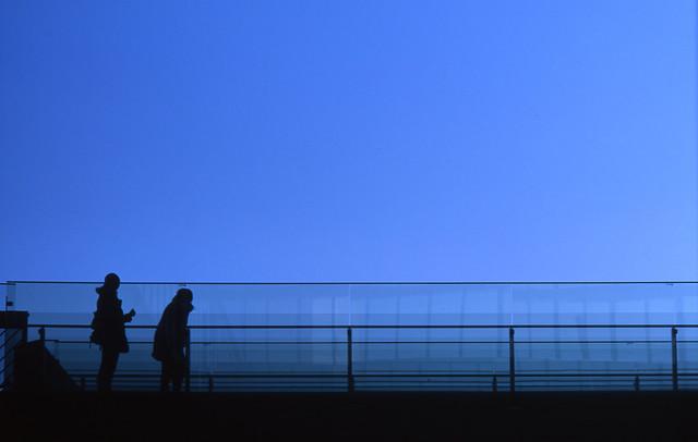 晴天下の渡り廊下