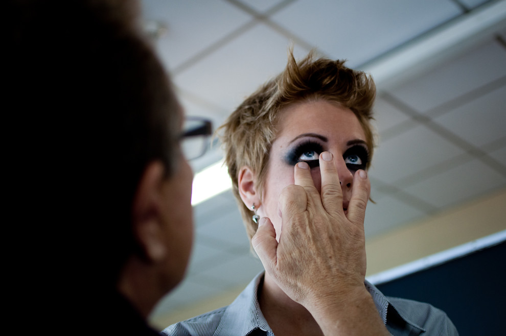El maquillador profesional Oscar Mulet trabajando en la preparacion de Larissa Niebuhr para su proximo desfile de vestidos de Visna en la noche del 8 de Abril. (Elton Núñez - Asunción, Paraguay)