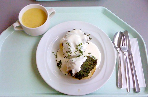Kohlrabisuppe + Farmerkartoffel mit Sauerrahm und Blattspinat / kohlrabi soup + potato with sour cream and leaf spinach