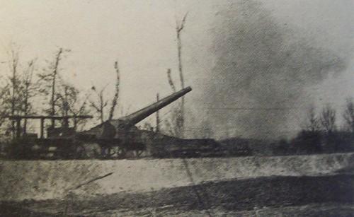 CAPI - Bateria de 320mm a fazer fogo em 12 de Março de 1918, em Soupir, nas margens do Aisne. Foto de Dr. Fernando Correia