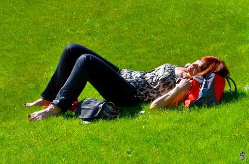 Les pieds dans l'herbe by guillaumedhios