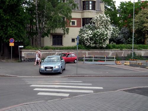 Autot ajavat jalkakäytävän kautta