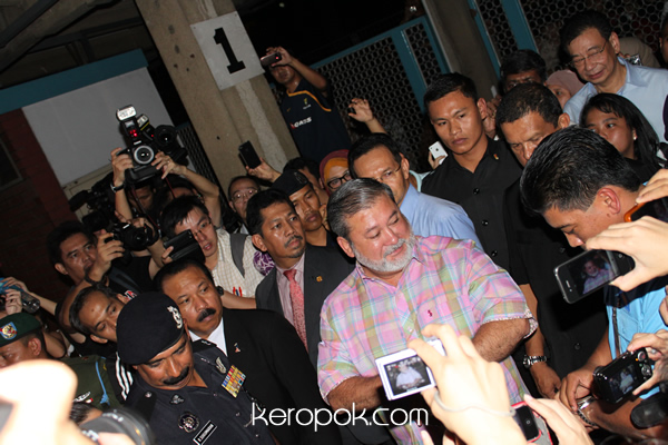 Sultan of Johor drives the last train out of Tanjong Pagar