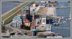 Blicke vom Atlantic Hotel Sail City in Bremerhaven (Horst Erkrath) Tags: atlantichotelsailcity bremerhaven havenwelten erkrath horstbostelmann bremen aussicht nordsee weser radarturm weserfhre columbuscenter seutedeern stromkaje containerterminalwilhelmkaisen neuerhafen kaiserschleuseklimahausauswandererhausschifffahrtsmuseumgeestemndungpingelturmsimonloschenleuchtturmbutjadingenwesermarschfedderwardersielniedersachsenzoo am meer leuchtturm weserdeich museumsschiffe semaphor aussichtsplattform shoppingmall hafenschlepper hafen schleuse brgermeistersmidtgedchtniskirche
