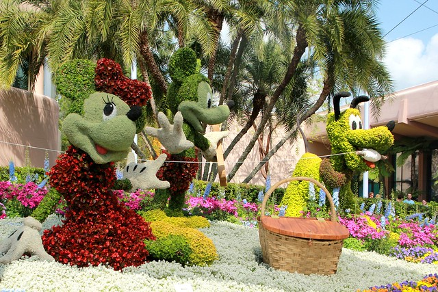 mickey minnie pluto topiary