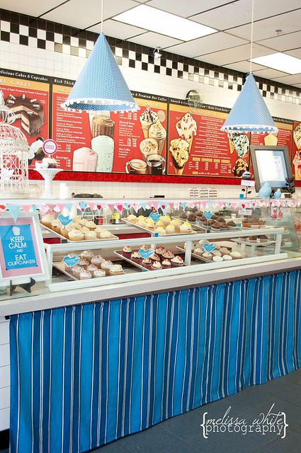 on a lark cupcake shoppe fb-0244