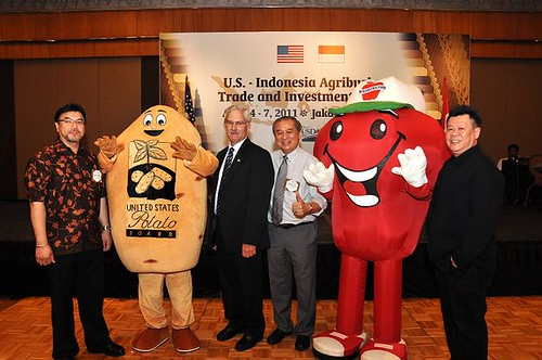 Acting Under Secretary Scuse stands with representatives from U.S. agricultural cooperators at the Food and Hotel Indonesia show on April 5. (Photographer, Rifky Suryadinata, U.S. Embassy, Jakarta)
