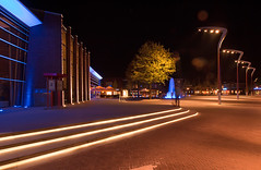 Schouwburgplein Venray (Marc Gommans) Tags: night pen lights evening theater schouwburg venray schouwburgplein zd langesluitertijd straatverlichting mmf2 marcgommans fotoclubvenray zuiko918mm olympusep2 milleniumfontein