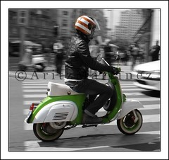 - 60 anni della         V e s p a - (vecinodelquinto!) Tags: madrid copyright color verde rayas rojo vespa carretera sony bn blanca antigua 200 moto motorcycle anos alpha casco 60 dei martnez hollydays aritz barrido enfoque gs160 selectivo vecinodelquinto