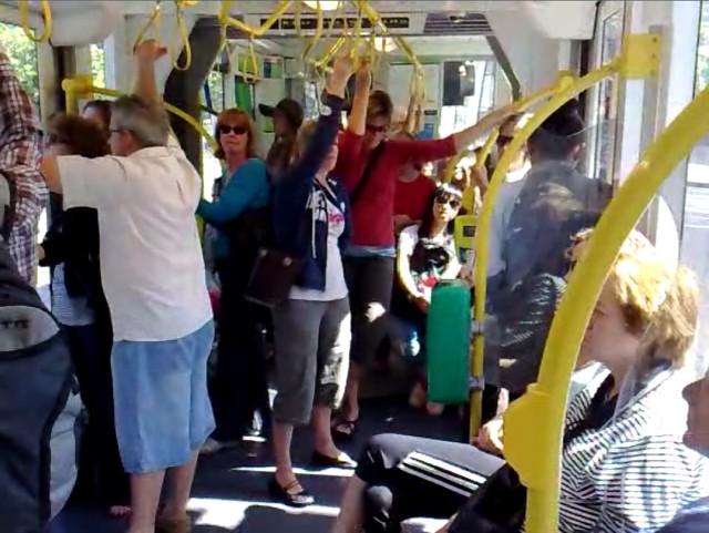 Potd:拥挤的周末电车
