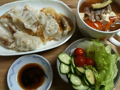 6/14晩御飯:餃子(冷凍食品12個)、具沢山味噌汁、サラダ