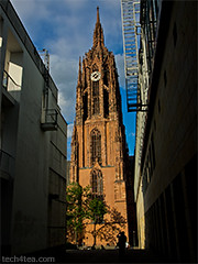 Dom St. Bartholomaus, seen from the Schirn Kunsthalle - the cultural exhibition center next to the Römerberg.