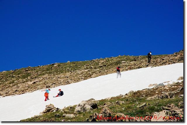 小登山客乾脆玩起雪來了