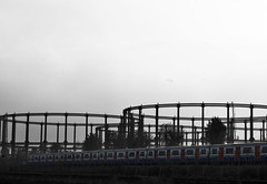 (jordi.martorell) Tags: urban london train cutout geotagged nikon tube guessed guesswherelondon 1855mmf3556g gasometer gwl d40 desaturadoselectivo twelvetreescrescent nikond40 guessedbyofe cruzadasi