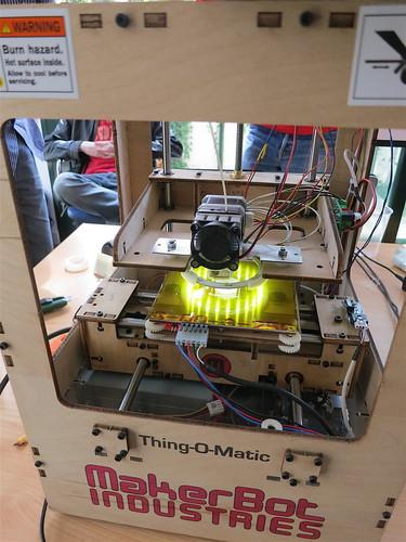 Jugando con una MakerBot, en el Hackathon de SpotBros