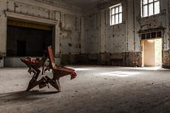 Das Haus der Offiziere - der rote Stern ist gefallen (ho4587@ymail.com) Tags: hausderoffiziere verlassen abandoned kaputt zerstrt urbex gebude halle saal theater bhne stern rot symbol gefallen fenster tr