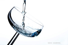 Clear Blue Water (.MARTINE.) Tags: water glass glas martine strobist canoneos40d canonspeedlite580exii flickrgolfclub clanflickr