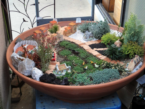 ジオラマのようなおしゃれな鉢植えと題した写真