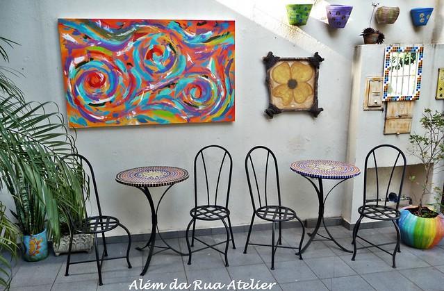 mesas de mosaico e cadeiras de ferro