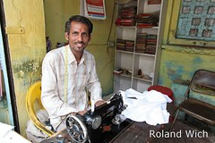 Bundi - Young Tailor (Rolandito.) Tags: portrait india man indien tailor rajasthan inde schneider bundi