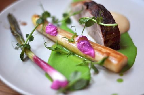Røget svinenakke med asparges, forårsløg og ærtepuré