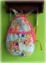 Que tal carregar flores por onde passar? (Joana Joaninha) Tags: flores love azul bag amor rosa bolsa rosas mochila pa joanajoaninha hellennilce