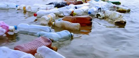 Resultado de imagen para muchas botellas plasticas en el mar