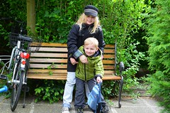 Kalle ei taha pildile (anuwintschalek) Tags: pink home bike bicycle garden bench 50mm austria spring may bank paula garten kalle fahrrad niedersterreich ratas 2012 frhling kodu aed kevad wienerneustadt lapsed jalgratas d7k nikond7000
