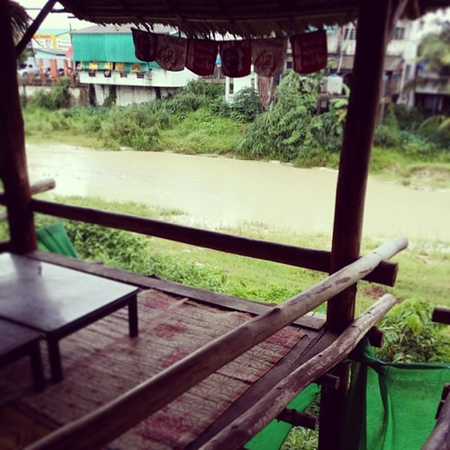 อาหารอาหร่อย ริมน้ำ  ป.ล. ฝนตกอีกหลาว~