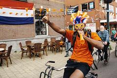 Nederland - Australi 3-2 (Pim Geerts) Tags: world street feest people man brasil photography championship utrecht soccer nederland victory favela neighbourhood voetbal volk oranje fiets australie wijk mensen masker brazilie winst winnen straatfotografie oranjekoorts gekte zege