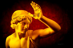 Klassische Pose // Bei Licht betrachtet (seyf\ART) Tags: abstrakt manipulation lightroom light kunst art museum galerie indoor statuen marmor berlin portrait golden digital colorful