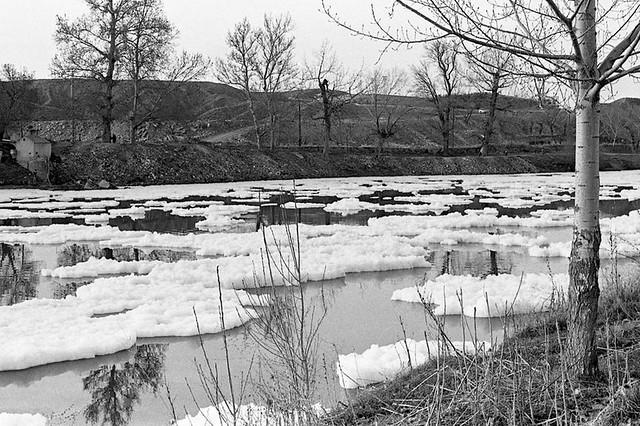 Espuma por contaminación en el río Tajo en 1976. Fotografía de José María Moreno Santiago