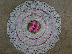 M - Tapete Jg banheiro (Artices da Zappa - Artesanatos feitos com Amor.) Tags: branco flor rosa tapete jogo banheiro fita passa